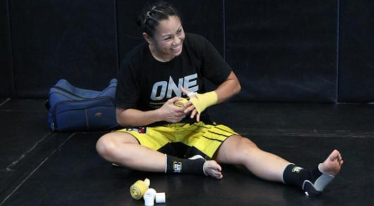 Ana_julaton_one_fc_sitting